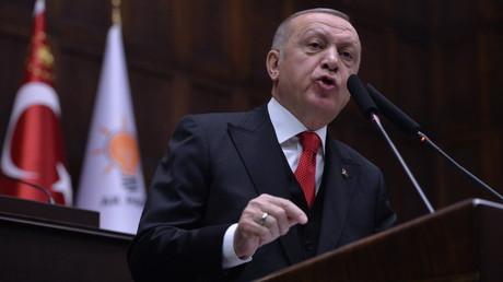 Der türkische Präsident Recep Tayyip Erdoğan wendet sich am 12. Februar 2020 an seine Parteimitglieder in Ankara. In seiner Rede drohte er, die syrischen Streitkräfte