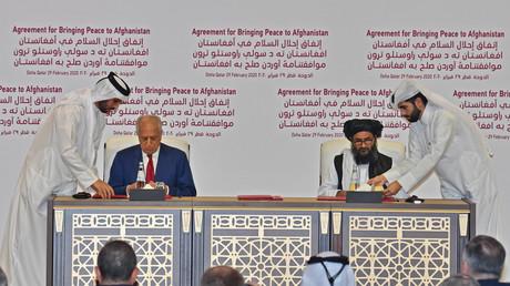 In Doha, der Hauptstadt des Golfemirats Katar, unterzeichneten der US-Sondergesandte für Aussöhnung in Afghanistan Zalmay Khalilzad und der Leiter des politischen Büros der Taliban in Doha Mullah Abdul Ghani Baradar vor rund 300 geladenen Gästen das Abkommen der Taliban mit den USA