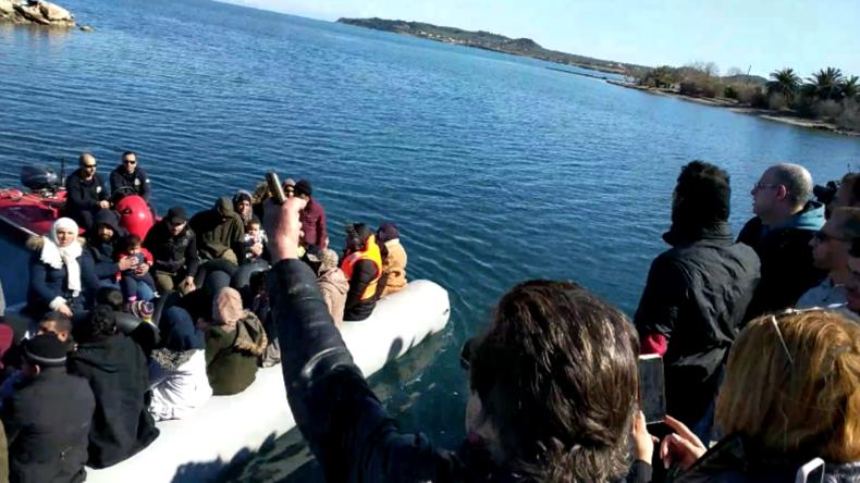 """""""Verschwindet! Geht zurück zu Erdoğan!"""" - Griechen hindern Migranten am Anlegen auf Lesbos"""