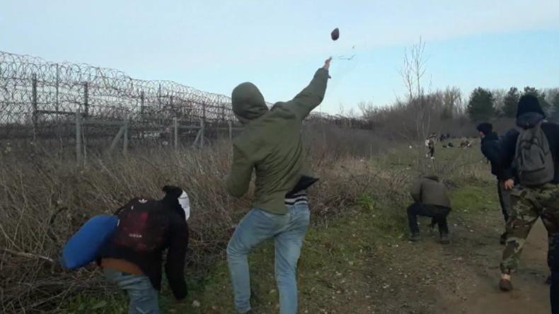 Griechische Grenze: Migranten schneiden Grenzzaun durch und attackieren Beamte mit Steinen