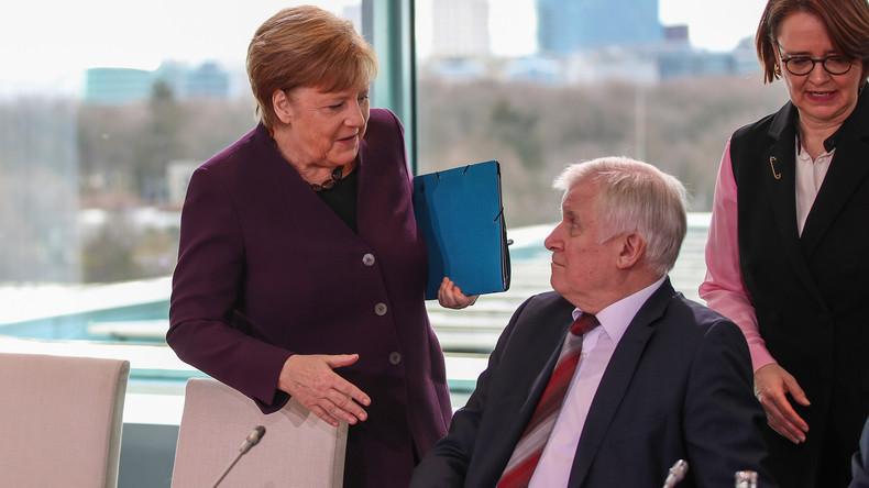 Ansteckungsgefahr: Seehofer will Merkels Hand nicht schütteln