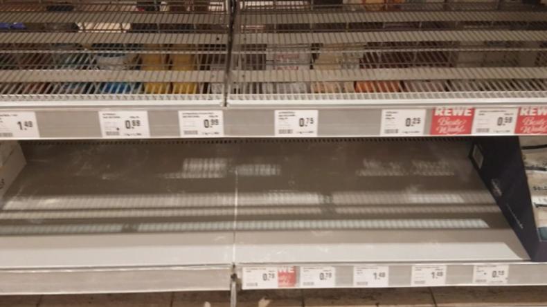 Berlin: Leere Regale wegen Corona-Panik - Kunden decken sich mit Konserven und Klopapier ein