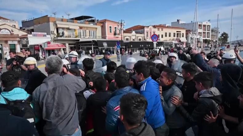 Lesbos: Polizei und Hunderte Migranten stoßen im Hafen von Mytilini aufeinander