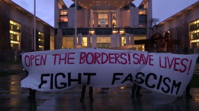 Berlin: Demonstranten vorm Kanzleramt fordern Öffnung der Grenzen für Migranten aus der Türkei