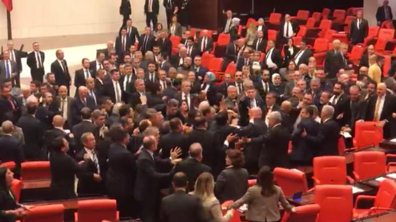 Ankara: Massenschlägerei im Parlament wegen Kritik an Erdogan und Idlib-Offensive