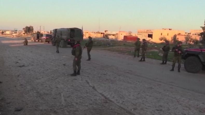 Idlib: Russische Militärpolizei überwacht Saraqib und strategische Autobahnen
