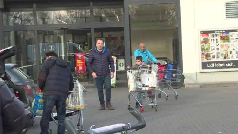 Hamstern oder locker bleiben? Meinungen zu Corona-Panik-Käufen vor Berliner Supermarkt