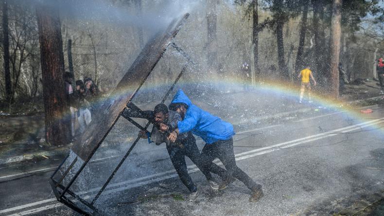 EU-Grenze: Türkische Polizei und Migranten kämpfen gegen griechische Sicherheitskräfte (Video)