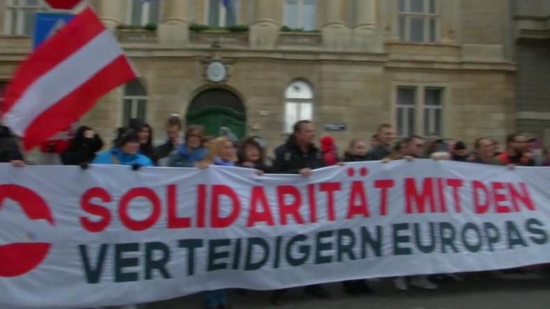 """Österreich: Demonstranten danken Griechenland für die """"Verteidigung unserer Grenzen"""""""