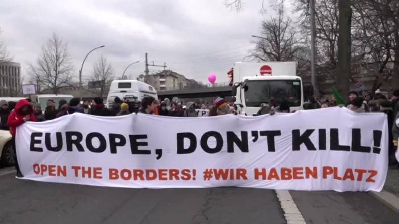 Deutschland: Demonstranten in Berlin fordern Öffnung der EU-Grenzen für Migranten