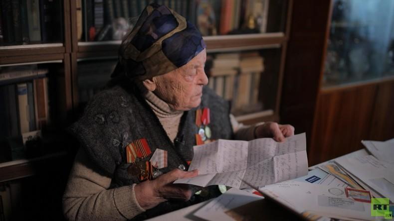 #PostDesSieges: RT Deutsch übergibt Veteranin Anna Terjochina Briefe von RT-Lesern