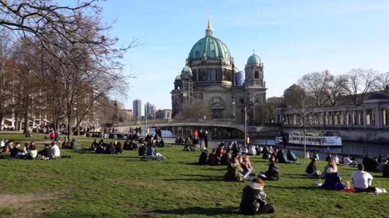 Deutschland: Berliner scheinen keine Angst vor Coronavirus zu haben und genießen die Sonne