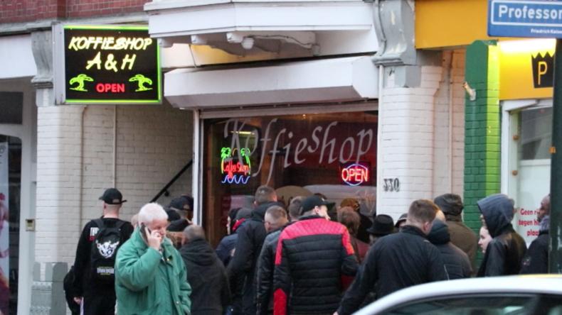 """""""Gechillt"""" durch die Pandemie-Zeit? Niederländer stehen Schlange für Cannabis vor Coffeeshops"""