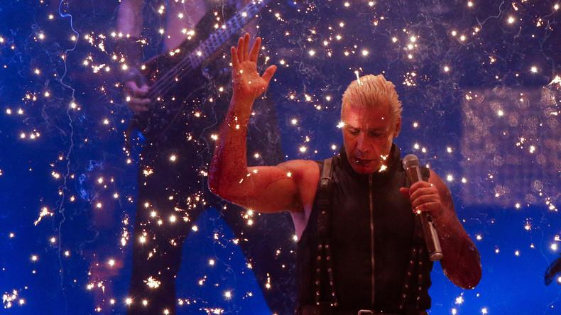 Corona kann nicht vorbei: Till Lindemann tritt bei Konzert in Moskau in riesiger Schutzblase auf
