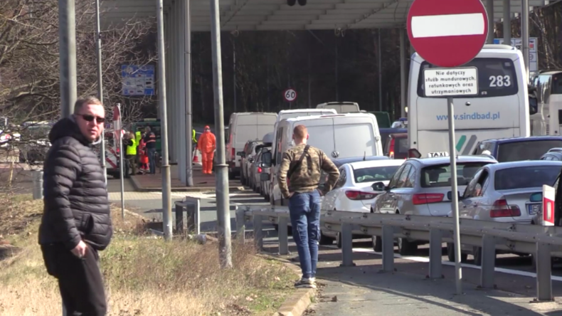 Polen macht Grenzen dicht: Lange Staus an Grenzübergängen und Quarantäne für viele Einreisende