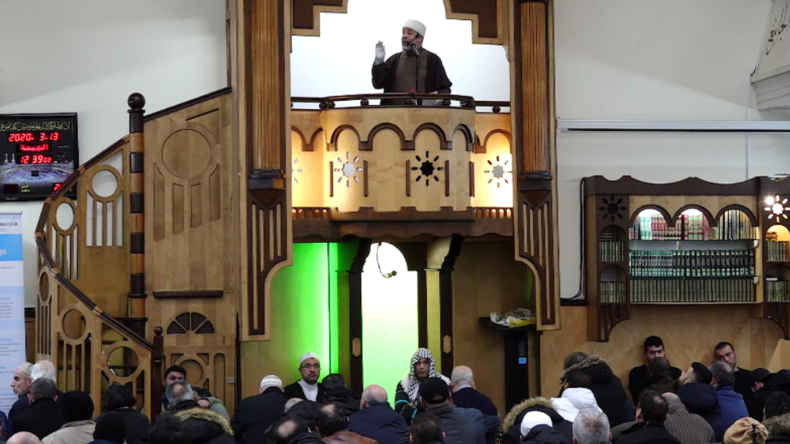 Imam leitet letztes Gebet in Berlin vor Schließung seiner Moschee wegen Corona-Pandemie