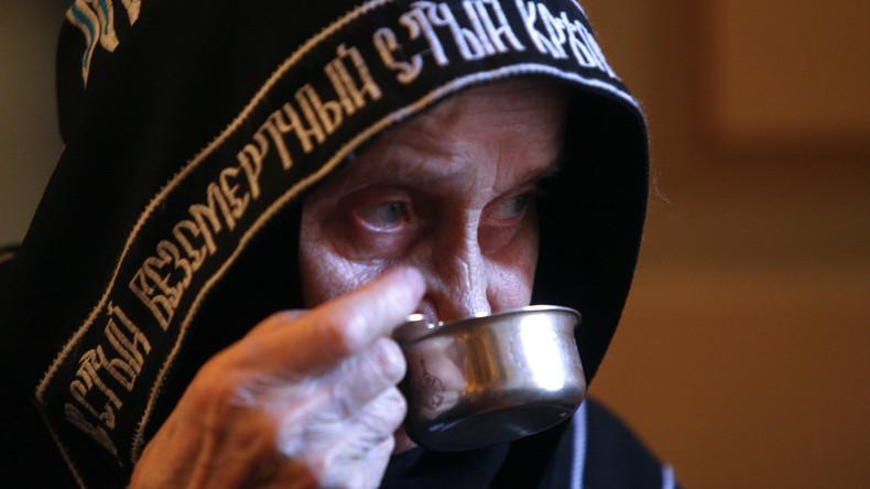 Und führe uns nicht in Versuchung: Moskauer Priester schenken zur Corona-Prävention mehr Wein ein