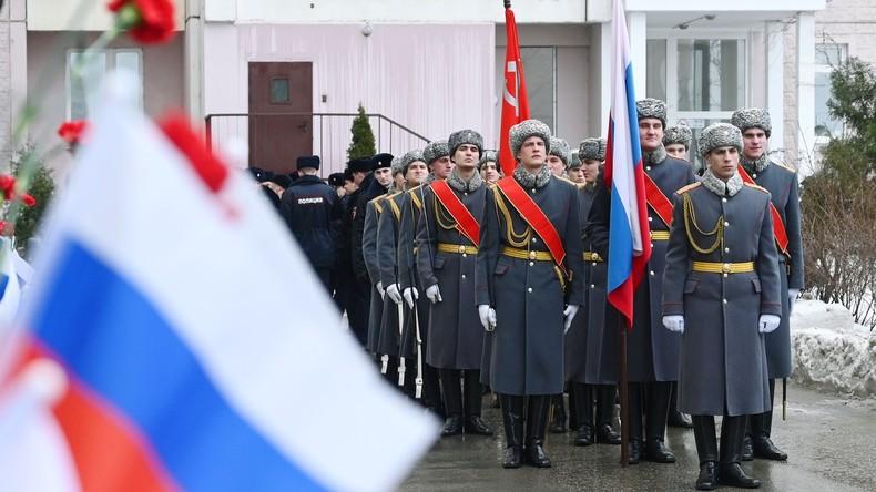 Soldaten der Ehrenkompanie führen Mini-Parade für russischen Veteranen durch