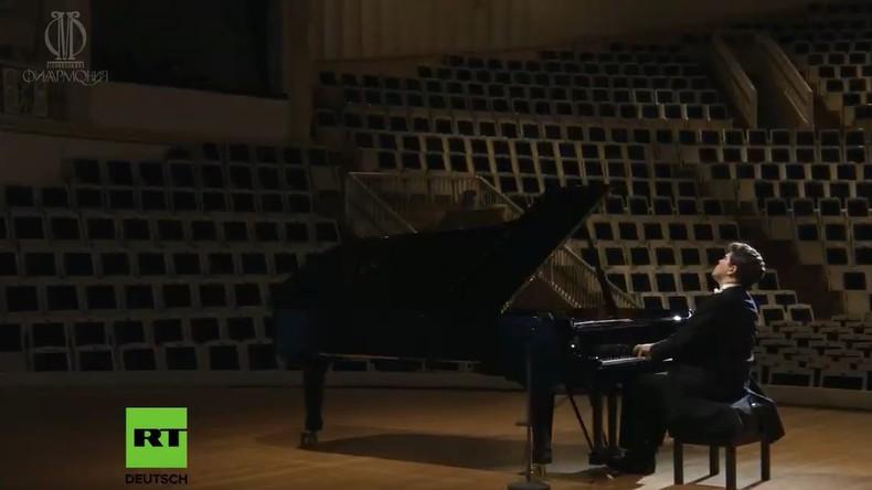 LIVE: Wegen Corona – Weltberühmter Pianist Denis Mazujew gibt Konzert in leerer Halle in Moskau