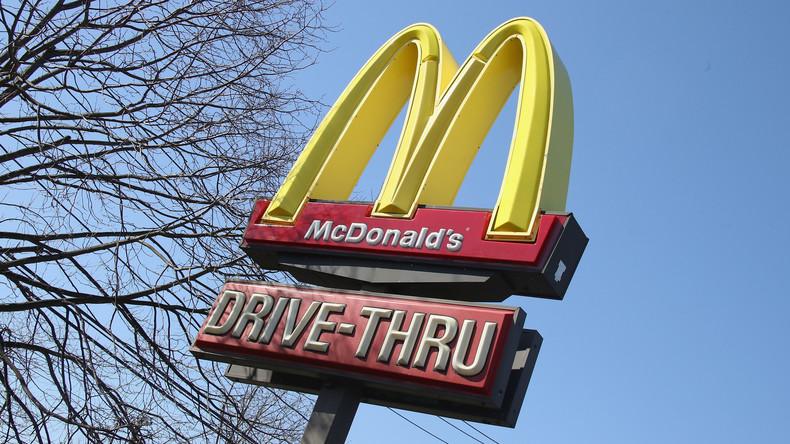 McDonald's wirbt mit neuem Firmenlogo für soziale Distanzierung während Corona-Krise in Brasilien
