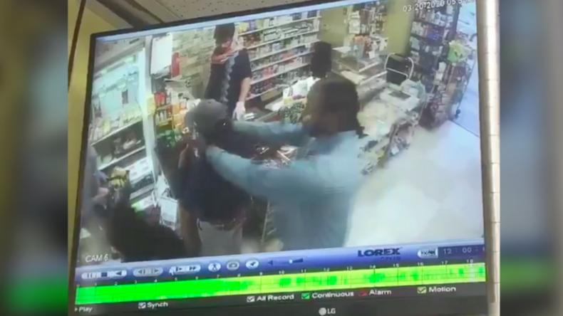 """USA: """"Jetzt hast du es, das Virus"""" – Mann steckt Frau beim Einkaufen Finger in den Mund"""