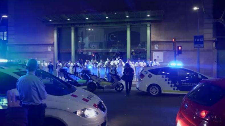 Barcelona: Anwohner und Polizei applaudieren vor Klinik für Pfleger und Ärzte