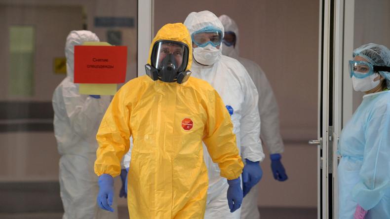 Mit Schutzanzug und Maske: Putin besucht Krankenhaus für Corona-Infizierte in Moskau