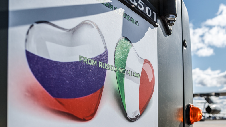 Italienischer Unternehmer ersetzt EU-Fahne durch die Russlands (Video)