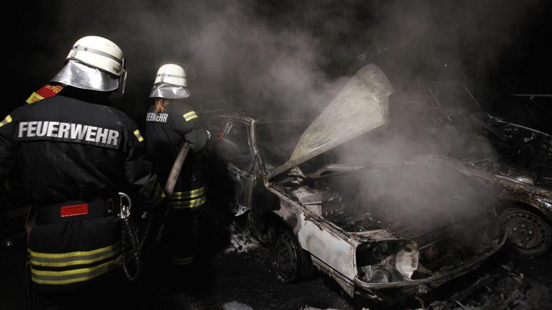 Funkenflug bei Gleisarbeiten verursacht Brand mit Millionenschaden: Mehr als 30 Autos fangen Feuer