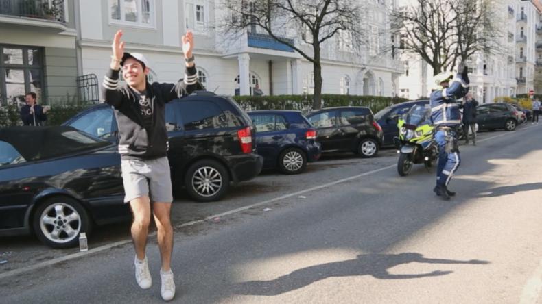 Hamburg: Fitnesstrainer gibt Balkon-Workout