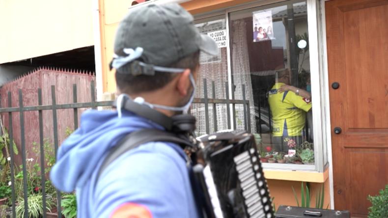 Corona in Chile: Musiker kommt täglich vor Haus seiner Eltern und spielt für sie Akkordeon