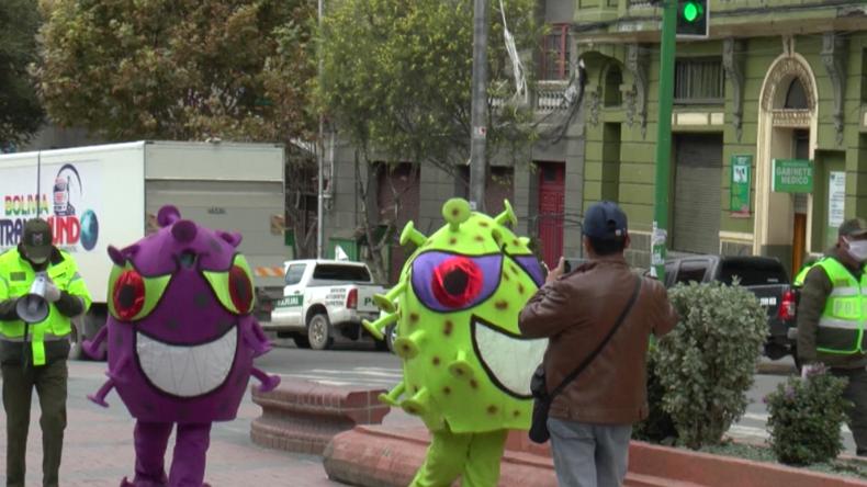 Andere Länder, andere Corona-Maßnahmen: Bolivianische Polizisten verkleiden sich als Viren