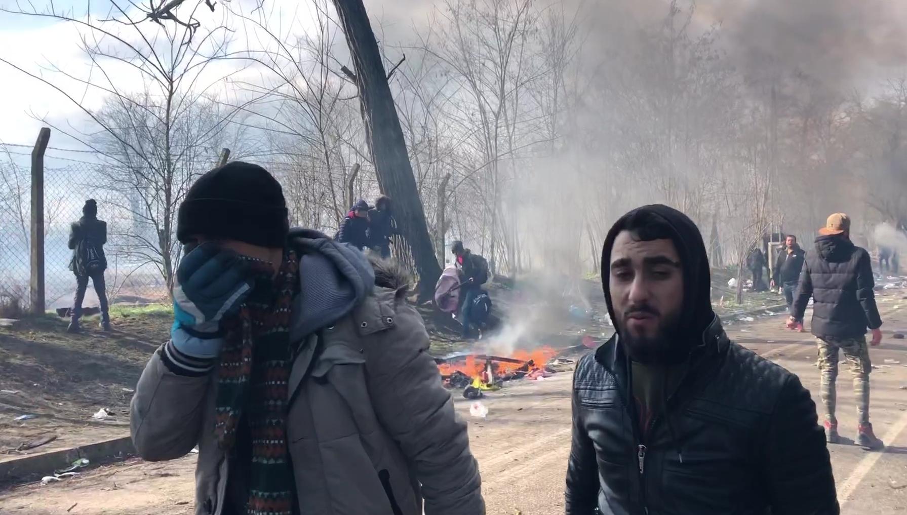 Migranten am Kontrollpunkt Pazarkule an der türkisch-griechischen Grenze