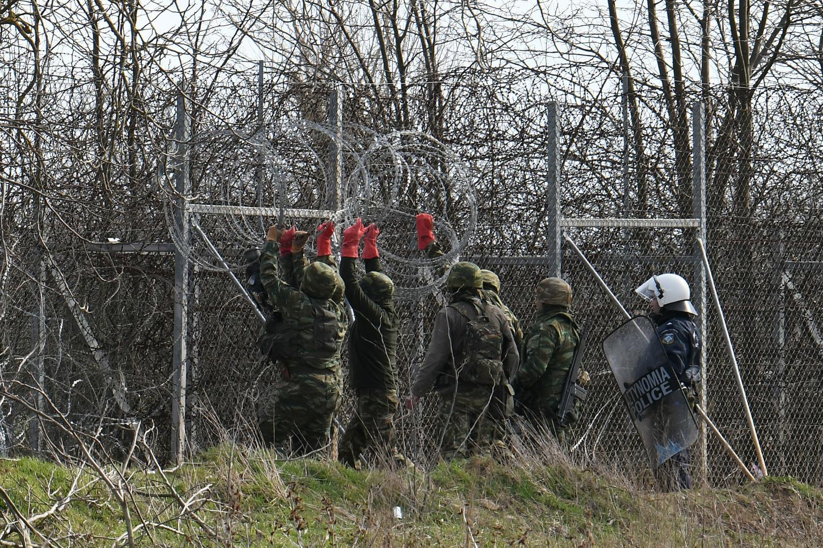 Griechische Soldaten verstärken den Grenzzaun zur Türkei mit Stacheldraht