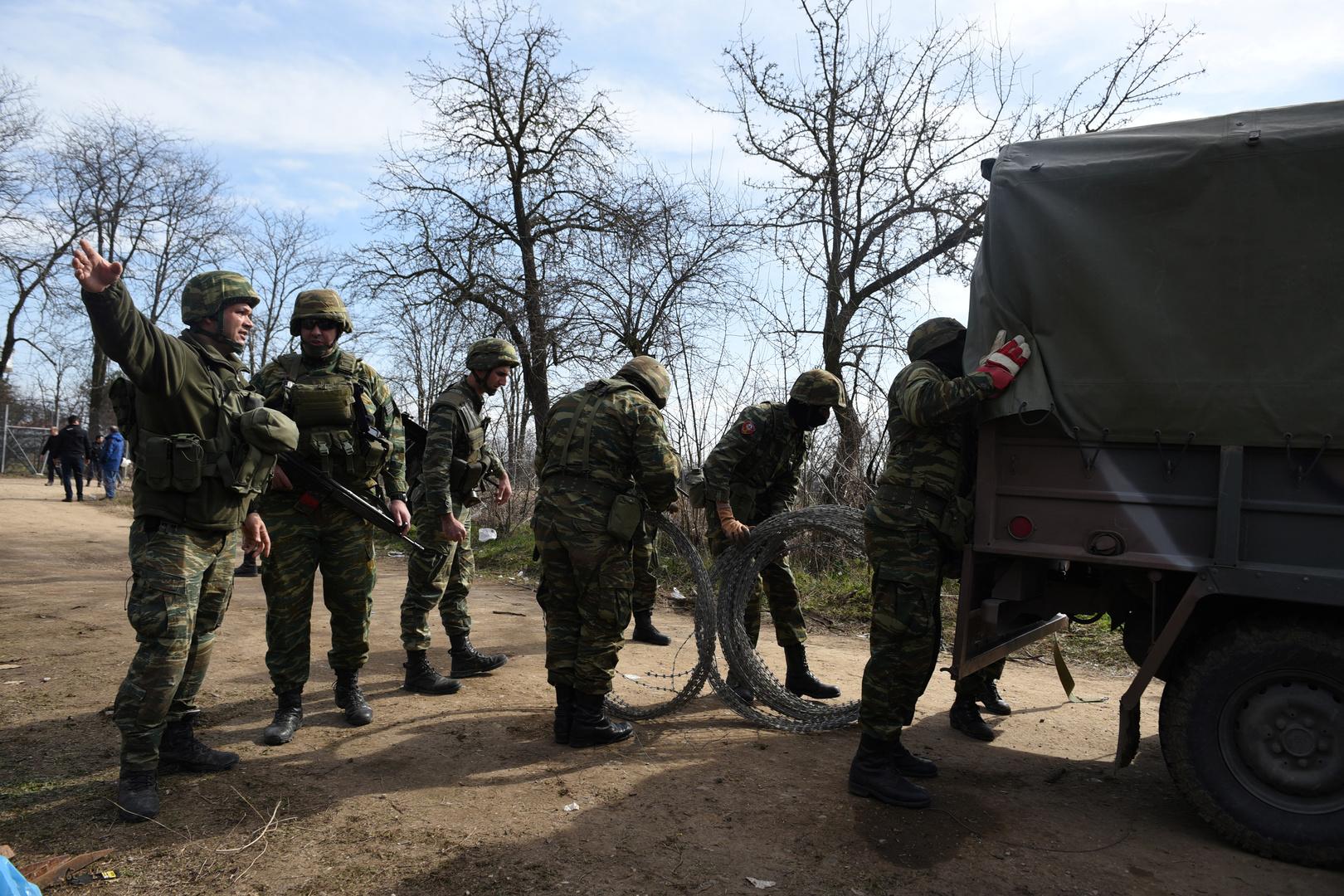 Griechische Soldaten bringen Stacheldraht an Grenzzaun zur Türkei