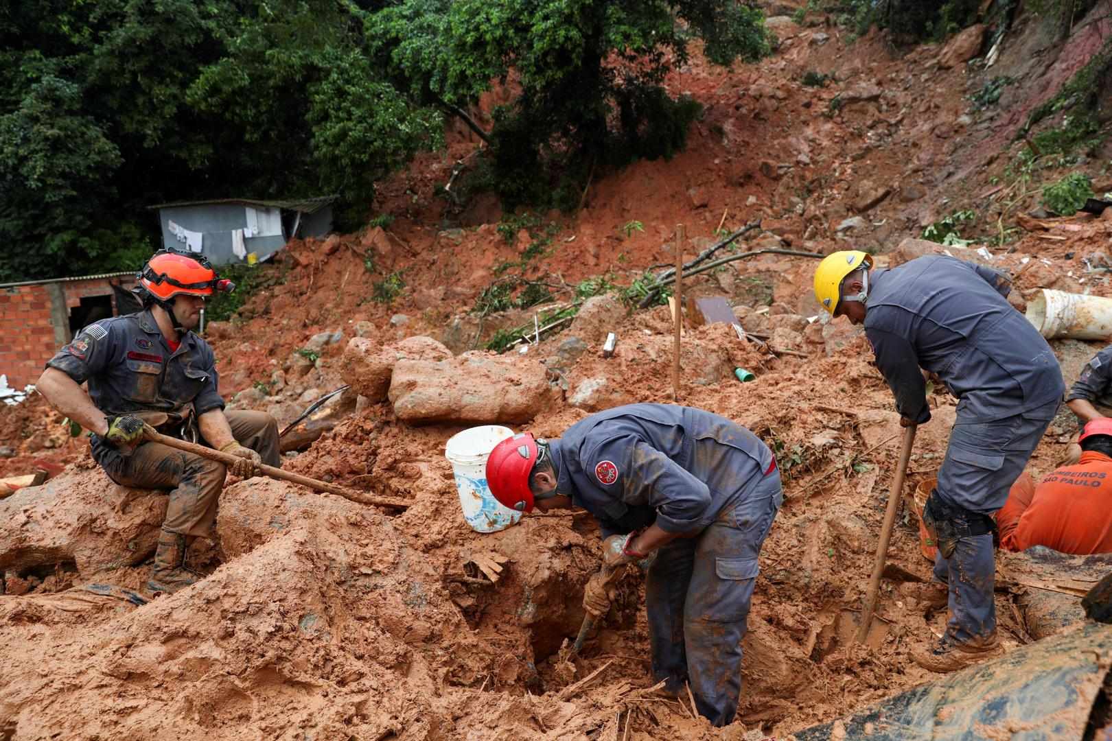 Feuerwehrmänner suchen nach Überlebenden nach einer Schlammlawine in Morro do Macaco Molhado, Guaruja, Brasilien