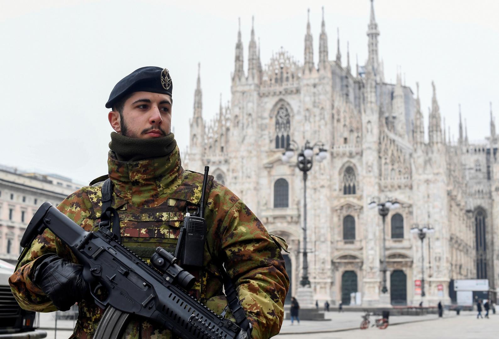 Ein Militäroffizier auf dem Domplatz in Mailand