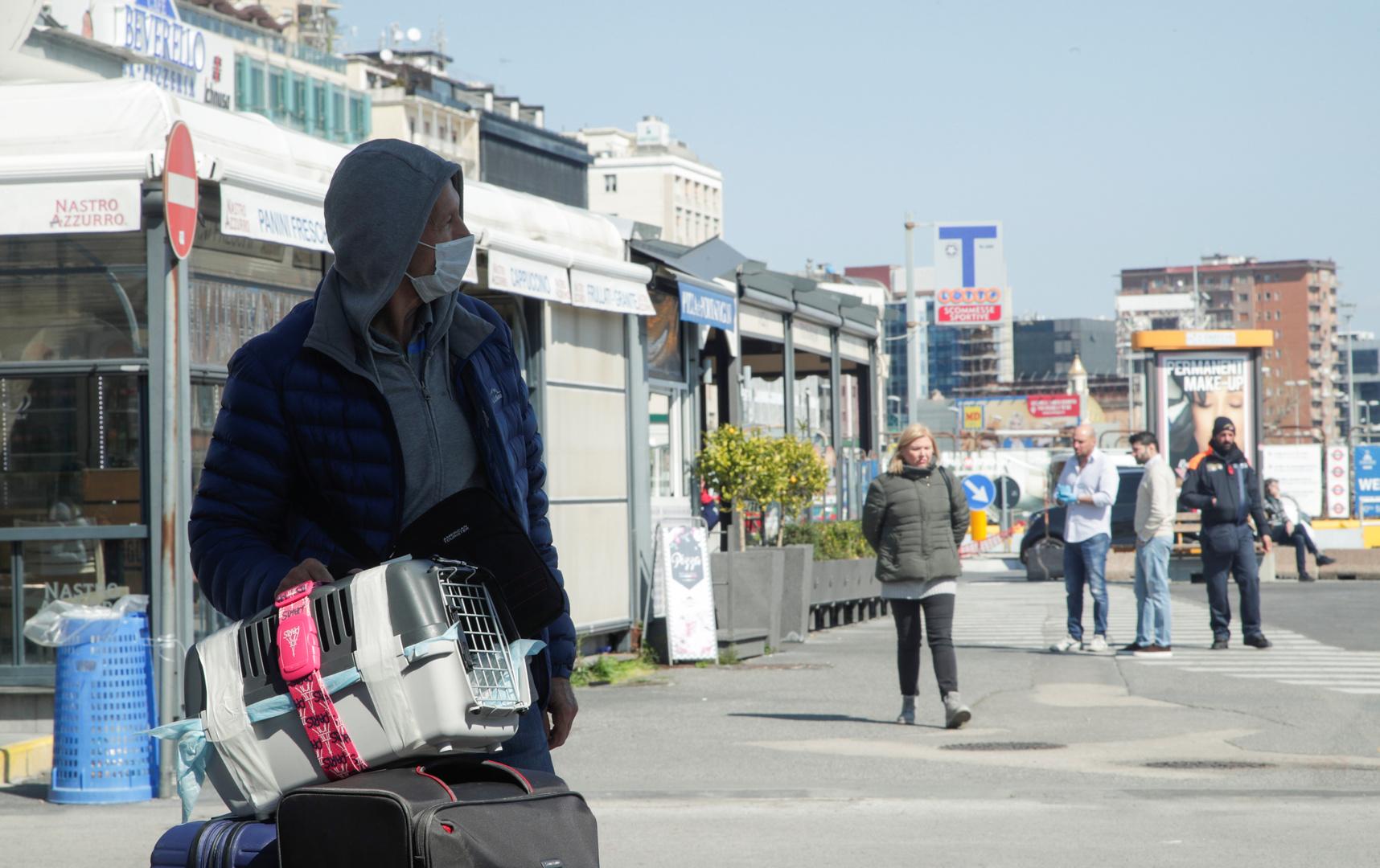 Menschen halten sich nach der Ausgangssperre auf Neapels Straßen auf