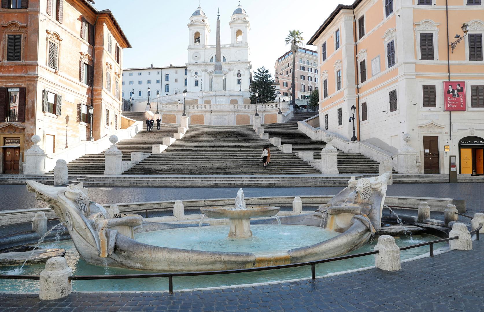 Allgemeiner Überblick über die Spanische Treppe in Rom, die nach der angeordneten Ausgangssperre praktisch menschenleer ist