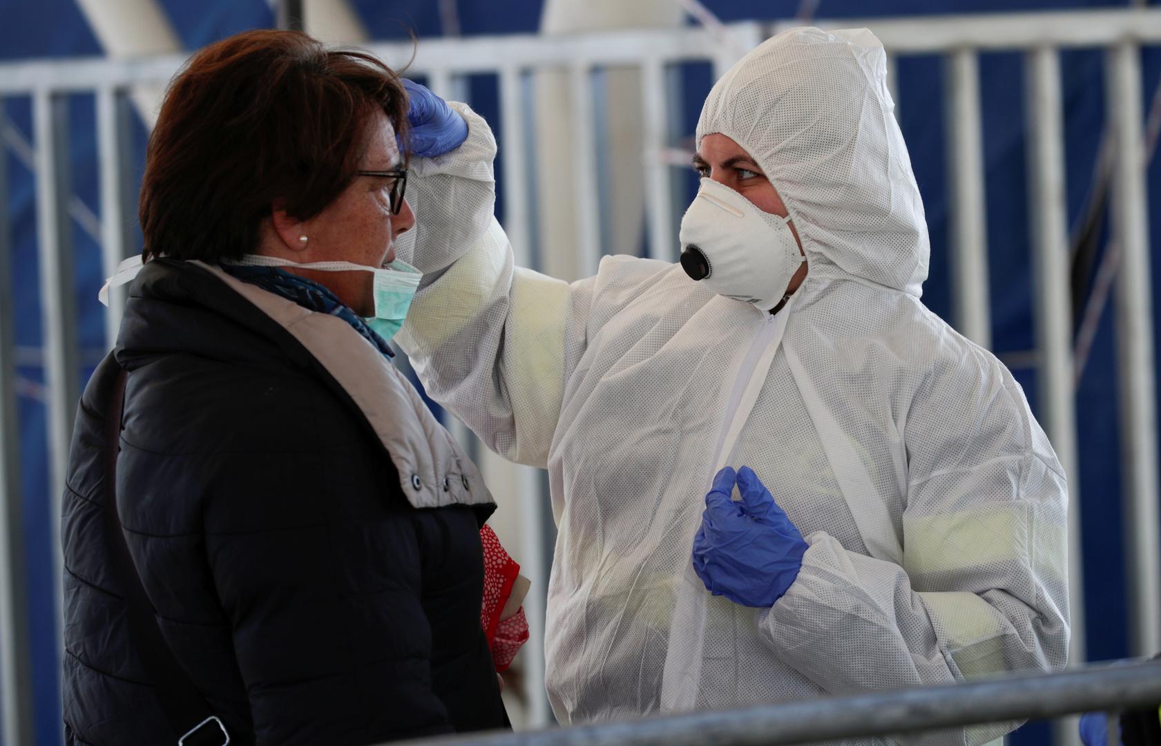 Kontrolle der Körpertemperatur von Personen im Fährhafen Molo Beverello in Neapel