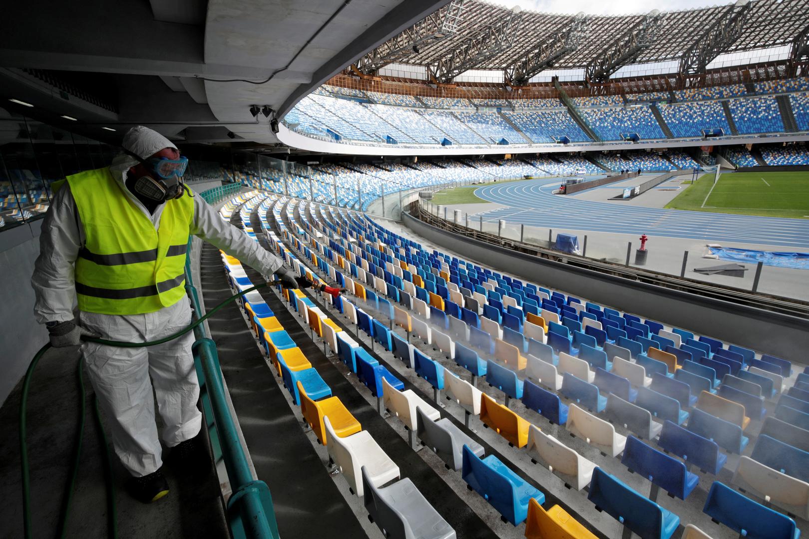 Ein Mann im Schutzanzug desinfiziert die Sitze im San-Paolo-Stadion vor dem inzwischen verschobenen Rückspiel des Halbfinales der Coppa Italia zwischen Napoli und Inter Mailand