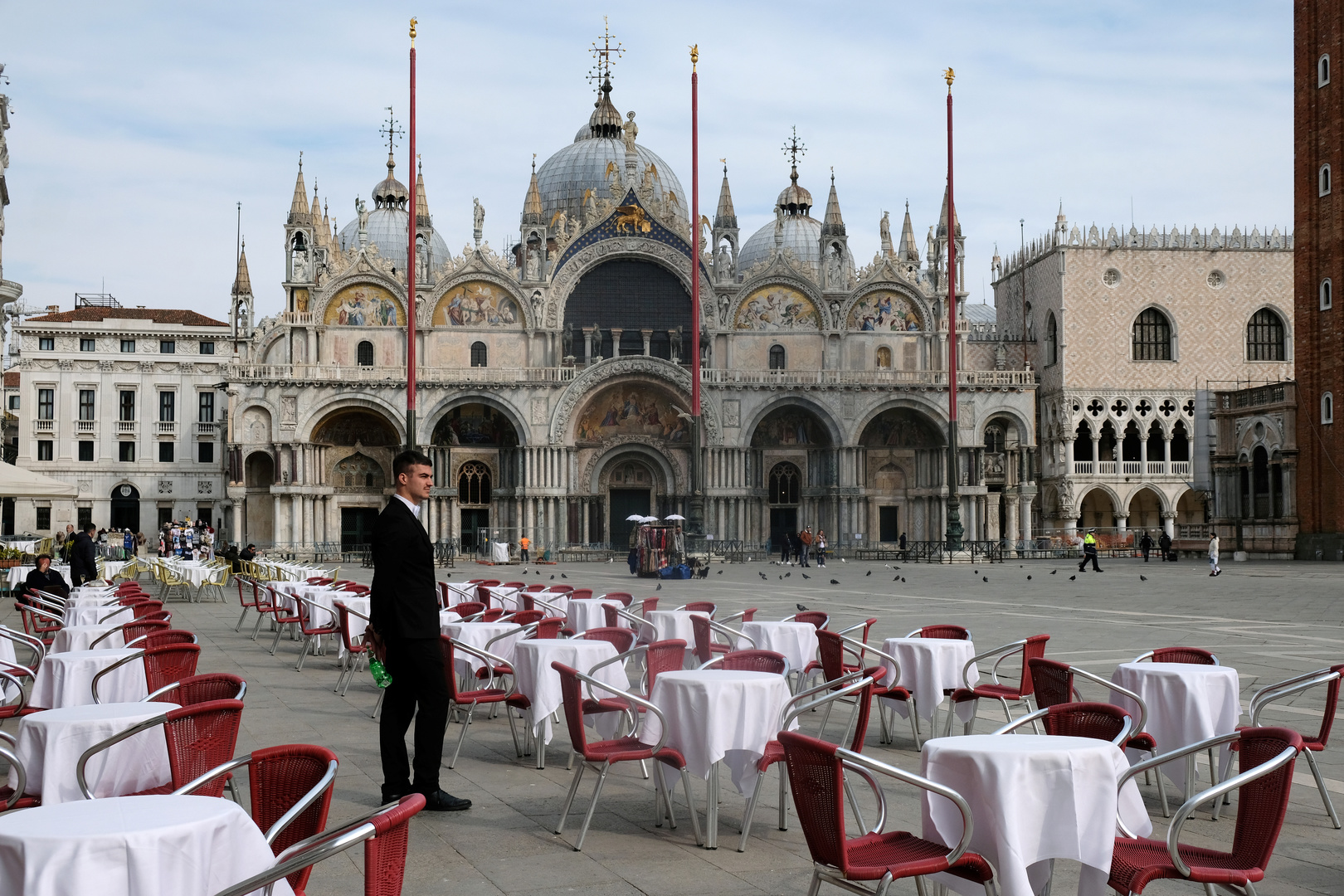 Ein Kellner steht an leeren Tischen vor einem Restaurant auf dem Markusplatz, nachdem die italienische Regierung den Norden Italiens einschließlich Venedigs praktisch abgeriegelt hat, um einen Coronavirus-Ausbruch einzudämmen