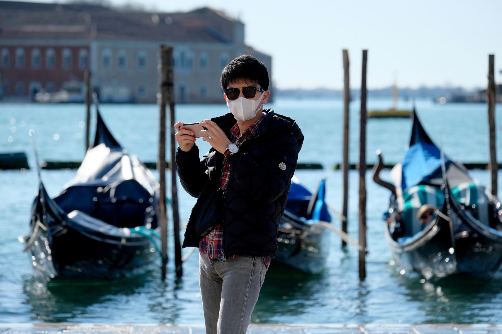 Ein Tourist auf dem Markusplatz in Venedig