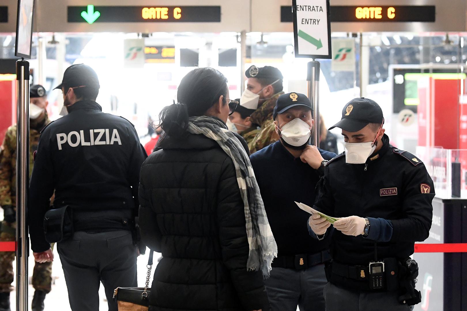 Polizeibeamte führen Personenkontrollen am Mailänder Hauptbahnhof durch