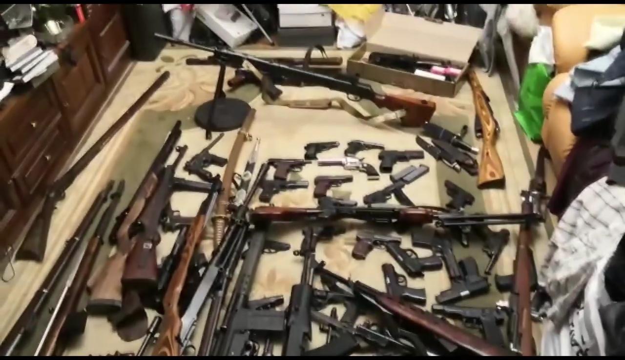 FSB beschlagnahmt massives Waffenarsenal von Untergrund-Waffenhersteller