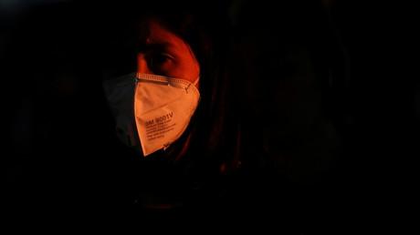 Eine Pendlerin mit Schutzmaske während des Berufsverkehrs in Bangkok, Thailand, am 26. Februar 2020.