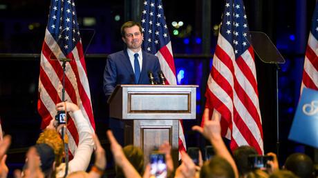 Pete Buttigieg kündigt während einer Veranstaltung am 1. März 2020 in South Bend, Indiana, USA, seinen Rückzug aus dem Rennen um die  Präsidentschaftsnominierung durch die Demokraten an.