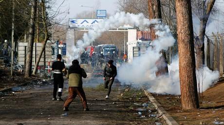 Griechische Polizei setzte am Wochenende an der türkisch-griechischen Grenze in Katanies nahe der türkischen Stadt Edirne Tränengas und Blendgranaten ein, um Migranten daran zu hindern, den Übergang zu stürmen.