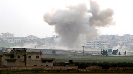 Nach einem Luftangriff steigt über der Stadt Saraqib eine Rauchsäule auf. Die Stadt ist ein strategisch wichtiger Verkehrsknotenpunkt und seit Wochen heftig umkämpft.