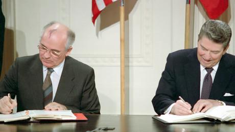 Im Geist der Entspannung: Sowjetchef Michail Gorbatschow und US-Präsident Ronald Reagan unterzeichnen 1987 den INF-Vertrag. Unter Donald Trump sind die USA aus dem Vertrag zum Verbot landgestützter Mittelstreckenraketen ausgestiegen.
